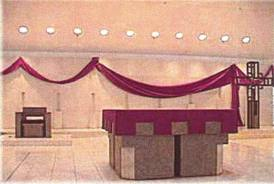 An altar virtually identical to the Masonic lodge pictured above. Judeo-Freemasonry now runs the Church, promoting the Masonic Trinity in their Satanic Masses (post-1962).